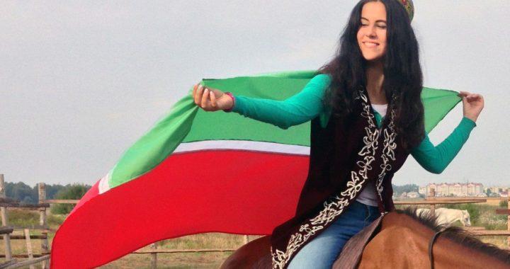 Татарка с флагом Татарстана